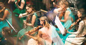 orchestre en train de jouer du violon